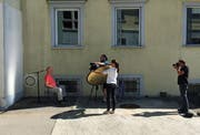 Nassplatten-Session im Freien: Urs Sohmer (hinter der Kamera) beim Einrichten des Settings.