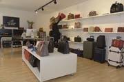 Sina Forrer bietet eine grosse Auswahl an Taschen in ihrem Laden. (Bild: Mario Testa)