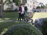 Eltern haben mehr Freiräume als früher, wie sie Kinderbetreuung und Erwerbstätigkeit aufteilen wollen. Das steigert die Lebenszufriedenheit. (Bild: KEYSTONE/GAETAN BALLY)