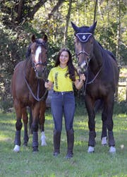 Sina Schett startet mit Cayetana (rechts) und Macho am Heimturnier in Weite. (Bild: Corinne Hanselmann)