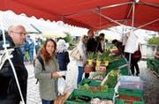 Selbst in den Herbstferien lässt sich die Stammkundschaft den Marktbesuch nicht entgehen. Bild: Christoph Heer