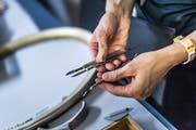 Sara Allemann arbeitet mit Instrumenten, wie sie Chirurgen und Zahnärzte verwenden.
