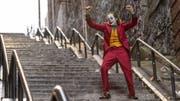 Unheimliche Verwandlung: Mietclown Arthur (Joaquin Phoenix) wird in «Joker» zur Galionsfigur der Aufständischen. (Bild: Warner Bros.)