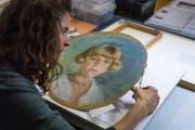Sara arbeitet gerade an einem Porträt, das vom bekannten Appenzeller Künstler Carl August Liner stammt. Schadhafte Stellen bessert sie mit Japanpapier aus.