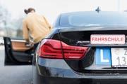 Da einer Frau bei einer Kontrollfahrt einen Fehler unterlief, verweigerte ihr das Luzerner Strassenverkehrsamt den Schweizer Führerausweis. (Bild: Gaetan Bally/Keystone)