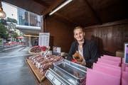Berlinda Ademi verkauft neu beim Löwenplatz Marroni. (Bild: Pius Amrein, Luzern, 4. Oktober 2019)