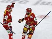 Grosser Auftritt: Biels Petter Schneider (re.) erzielte in Klagenfurt vier Treffer (Bild: KEYSTONE/PETER KLAUNZER)