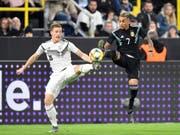 Marcel Halstenberg (links) kämpft mit Roberto Pereyra um den Ball (Bild: KEYSTONE/AP/MARTIN MEISSNER)