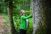 Nicole Schwalda bei einem Achtsamkeitstraining im Wald. (Bild: Reto Martin)