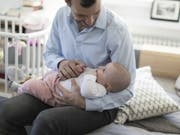Angestellte der Zurich-Versicherung erhalten einen längeren Vaterschaftsurlaub (Symbolbild). (Bild: KEYSTONE/GAETAN BALLY)