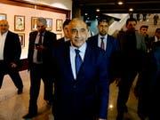 Nach den jüngsten Massenprotesten gegen seine Regierung will der irakische Ministerpräsident Adel Abdul Mahdi (M) eine Kabinettsumbildung. (Bild: KEYSTONE/AP/KARIM KADIM)