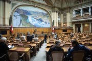 Für einmal sitzen am Tag der offenen Tür Besucher statt Nationalräte im Saal der Grossen Kammer. (Bild: Keystone/Peter Schneider, Bern, 5. Oktober 2019)
