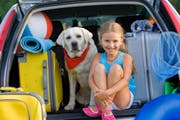 Kind und und Gepäck abfahrbereit: Wie haben wohl Mamas Nerven das Packen überstanden? (Bild: Fotalia)