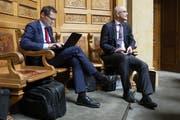 Diesmal anwesend, allerdings nicht an seinem Platz, sondern hinten im Nationalratssaal: Roger Köppel (SVP/ZH) betätigt sich während der abgelaufenen Herbstsession am Laptop. Rechts Gregor Rutz (SVP/ZH). (Bild: KEYSTONE/Peter Klaunzer)