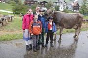 Der neuen «Miss Krinau» ist der Regen sichtlich verleidet. Hans Brunner mit seinen Kindern Silvan, Jasmin, Damian und Adrian (Buben nach Grösse!) freuen sich über den Missentitel ihrer Kuh Fink. (Bild: Fränzi Göggel)