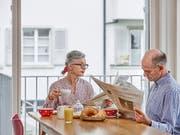 Rentner müssen in Zukunft mit einem geringeren Anteil ihres zuletzt verdienten Lohnes auskommen. Wie eine Studie der Credit Suisse zeigt, sind die Einbussen bei Gutverdienden besonders hoch. (Bild: KEYSTONE/CHRISTOF SCHUERPF)