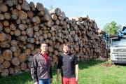 Bürgergemeindepräsident Beat Möckli und Revierförster Simon Pachera vor dem aufgeschichteten Käferholz. (Bild: Thomas Brack)