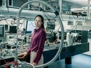 ETH-Professorin Vanessa Wood erforscht, wie sich die elektrischen und optischen Eigenschaften von Nanomaterialien verbessern lassen. Dabei geht es auch darum, Lebensdauer und Ladegeschwindigkeit künftiger Batterien zu verbessern. (Bild: ETH Zürich / Roland Tännler)