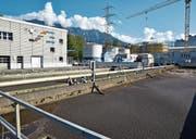 Grosse Bauvorhaben prägen das Bild der ARA Buchs des Abwasserverbandes Buchs-Sevelen-Grabs in den nächsten Jahren. Im Hintergrund ist die Baustelle der Faulungs- und Gasanlage zu sehen. (Bild: Heini Schwendener)