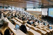 Ein Studium ist teuer: Blick in einen Vorlesungssaal der HSG. (Bild: Christian Beutler/Keystone)