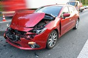 Die Front dieses Autos ist nach der Karambolage zerstört. (Bild: Luzerner Polizei, 8. Oktober 2019)