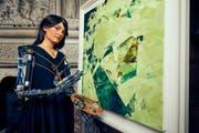 Die Robo-Künstlerin Ai-Da malt, was sie durch ihre Kameraaugen sieht. Eine Galerie widmete ihr eine eigene Ausstellung. (Bild: Nick Johnston)