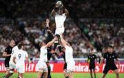 Englands Maro Itoje fängt den Ball nach einem Einwurf in die Gasse.(Bild: KEYSTONE/PRESS ASSOCIATION IMAGES/Adam Davy)