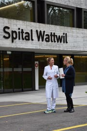 Johanna Jenny, Leitende Ärztin der Notfallstation Wattwil (links), und Annett Blatter, Hausärztin in Ebnat-Kappel, im Gespräch vor dem Spital Wattwil. (Bild: Ruben Schönenberger)