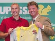 Der Anfang vom Ende: Robert Enke unterschreibt beim FC Barcelona. Damaliger Trainer: Louis van Gaal. (Bild: AP/Keystone)