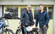 Gabriel Barroso (links) und Sergio Tresch mit ihren E-Bikes.Bild: Jakob Ineichen (Horw, 6. November 2019)