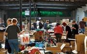 Kleider, wohin man blickt: 10,3 Tonnen sammelte Aid Hoc. (Bild: PD)