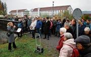 Historikerin Brigitte Moser informiert die gut 80 Anwesenden über die Geschichte der Spinnerei Baar. Bild: Stefan Kaiser (Baar, 9. November 2019)