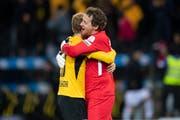 YB-Goalie Marco Wölfli (rechts) feiert den Sieg mit Fabian Lustenberger. (Bild: Keystone)