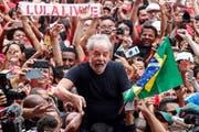 Wurde bei seinem ersten Auftritt nach seiner Freilassung von seinen Anhängern frenetisch gefeiert: Brasiliens Ex-Präsident Lula da Silva. (Bild: Sebastiao Moreira/EPA (9. November 2019))