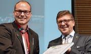 Matthias Keller (links), aufgewachsen in Zuckenriet, wird von Markus Müller, Präsident der Josef-Strässle-Steigacker-Stiftung, als diesjähriger Preisträger geehrt.Bild: Zita Meienhofer