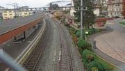 Der Mittelperron des Bahnhofs Degersheim wird aufgehoben, der Güterschuppen abgebrochen. Bild: Michael Hug