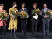 Sibylle Berg (zweite von rechts) hat den Schweizer Buchpreis gewonnen. Neben ihr nominiert waren Tabea Steiner, Simone Lappert, Ivna Žic und Alain Claude Sulzer (von links nach rechts). Der Hauptpreis ist mit 30'000 Franken dotiert; die Nominierten erhalten je 3000 Franken. (Bild: Keystone/GEORGIOS KEFALAS)