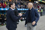 Gerardo Seoane (links), Trainer von YB, und der St.Galler Chefcoach Peter Zeidler. (Bild: Keystone)
