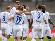 Die Lausanner feiern einen ihrer fünf Treffer gegen Schaffhausen (Bild: KEYSTONE/JEAN-CHRISTOPHE BOTT)