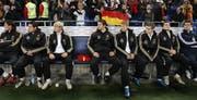 Beim Länderspiel gegen die Elfenbeinküste haben die Nationalmannschafts-Kollegen einen Platz für Robert Enke reserviert. (Bild: Keystone/AP)