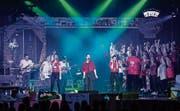 Der Baarer Jugendverein Ten Sing reisst das Publikum im Gemeindesaal mit. (Bild: Patrick Hürlimann, Baar, 8. November 2019)