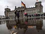 Die Unionsparteien von CDU und CSU sinken laut einer regelmässigen Umfrage in der deutschen Wählergunst leicht. (Archivbild Reichstag Berlin) (Bild: KEYSTONE/EPA/FELIPE TRUEBA)