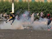 Tränengaseinsatz gegen Protestierende am Sonntag im Zentrum von Bagdad. (Bild: Keystone/AP/KHALID MOHAMMED)
