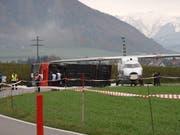 Das Übungsszenario in Belp: Flugzeug rutscht über Piste hinaus und prallt gegen Linienbus. (Bild: FLUGHAFEN BERN)