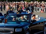 Das neue japanisch Kaiserpaar lässt sich auf den Strassen Tokios vom Volk feiern. (Bild: KEYSTONE/AP/EUGENE HOSHIKO)
