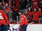 Die Fans der Washington Capitals freuen sich mit Jonas Siegenthaler über dessen Torpremiere in der NHL (Bild: KEYSTONE/FR67404 AP/NICK WASS)