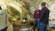 Im stimmungsvoll dekorierten Gewölbekeller bietet René Keller Herbstgestecke und Pflanzen an. (Bild: Christine Luley)