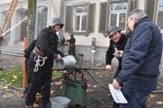 Pumpen und Löschen wie im Jahre 1900: Ein Feuerwehrmann gibt am Mikrofon Auskunft. (Bild: Lukas Pfiffner)
