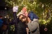 Der Christbaum auf dem Klosterplatz ist eine der Hauptattraktionen der Weihnachtsstadt St.Gallen im Advent. Anlässe um ihn herum ziehen immer viele Besucherinnen und Besucher an. (Bild: Benjamin Manser - 27. November 2016)