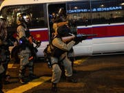 Schwerbewaffnete Polizisten in Hongkong im Einsatz gegen Demonstranten. (Bild: KEYSTONE/EPA/JEROME FAVRE)